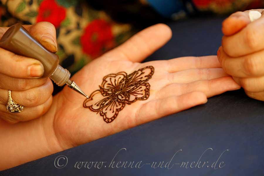 frisch anger hrte henna paste aus bio henna pulver in. Black Bedroom Furniture Sets. Home Design Ideas